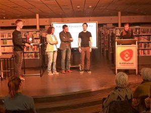 Juryvoorzitter Maaike Pleging reikt de Nijmeegse Literatuurprijs 2019 uit (onder toeziend oog van presentator Jelko Arts)